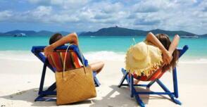 Août: le désir de la mer, le soleil et la détente en hôtel près de la mer à Rimini en Italie