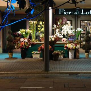 Piazzetta esterna con fiori artificiali