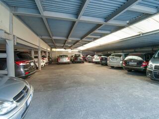 Grande parcheggio coperto a garage