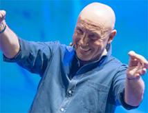 Maurizio Battista in scena con lo spettacolo Che sarà? al Carisport di Cesena
