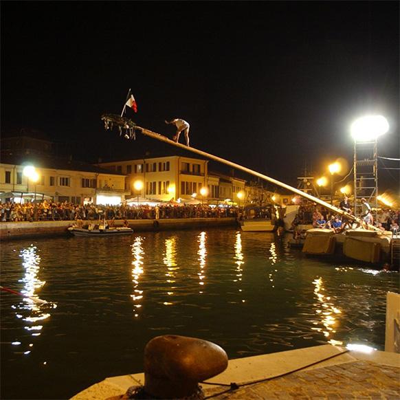 Palio della Cuccagna 2017 sul porto canale di Cesenatico