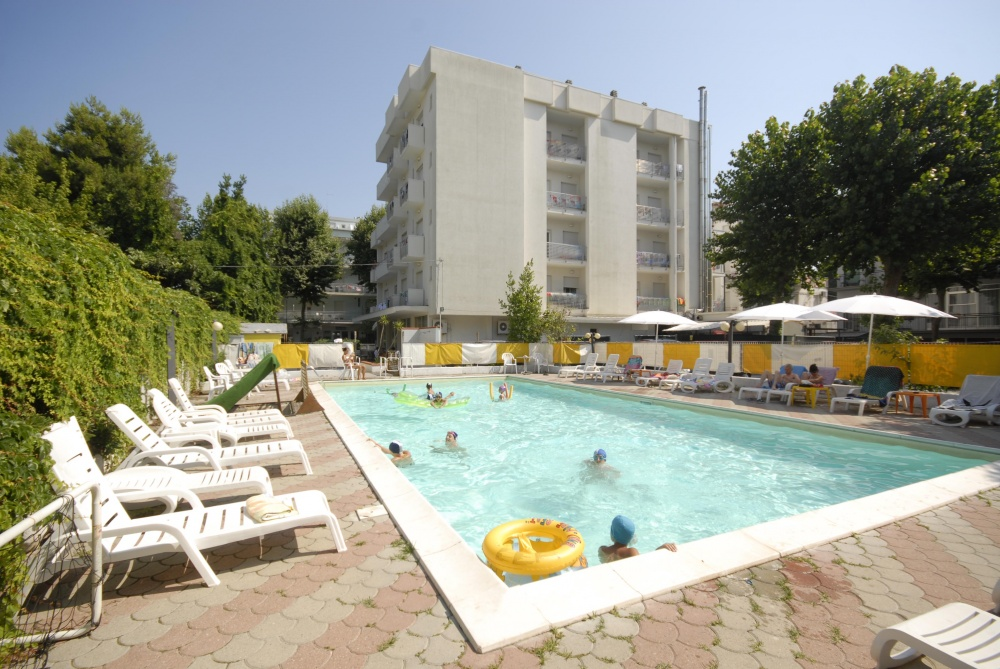 Hotel villa del parco three star hotel marebello for Club piscine pool heater