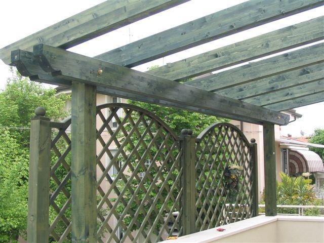 Grigliati e frangisole in legno - Giardini sui terrazzi ...
