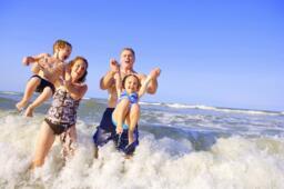 Vacances en juin avec la famille et enfant gratuit à l'hôtel près de la mer à Rimini en Italie