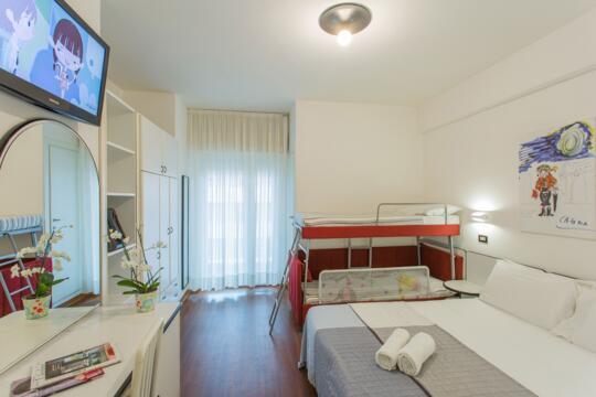Offerta vacanze a Settembre per famiglie a Riccione in hotel con BAMBINI GRATIS e piscina