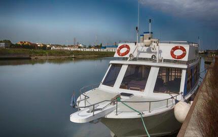 Marina di Ravenna:  sali sulla motonave e raggiungi la spiaggia da Ravenna
