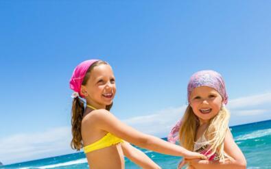 Juillet à Rimini dans l'hôtel directement sur la mer avec service de plage