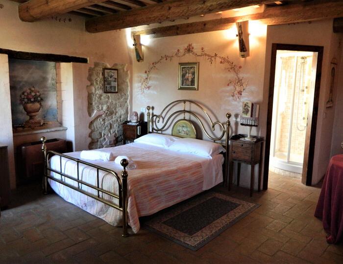 Il Paradiso del Re: Dormire in un Castello Medioevale con cena in camera in provincia di Ancona