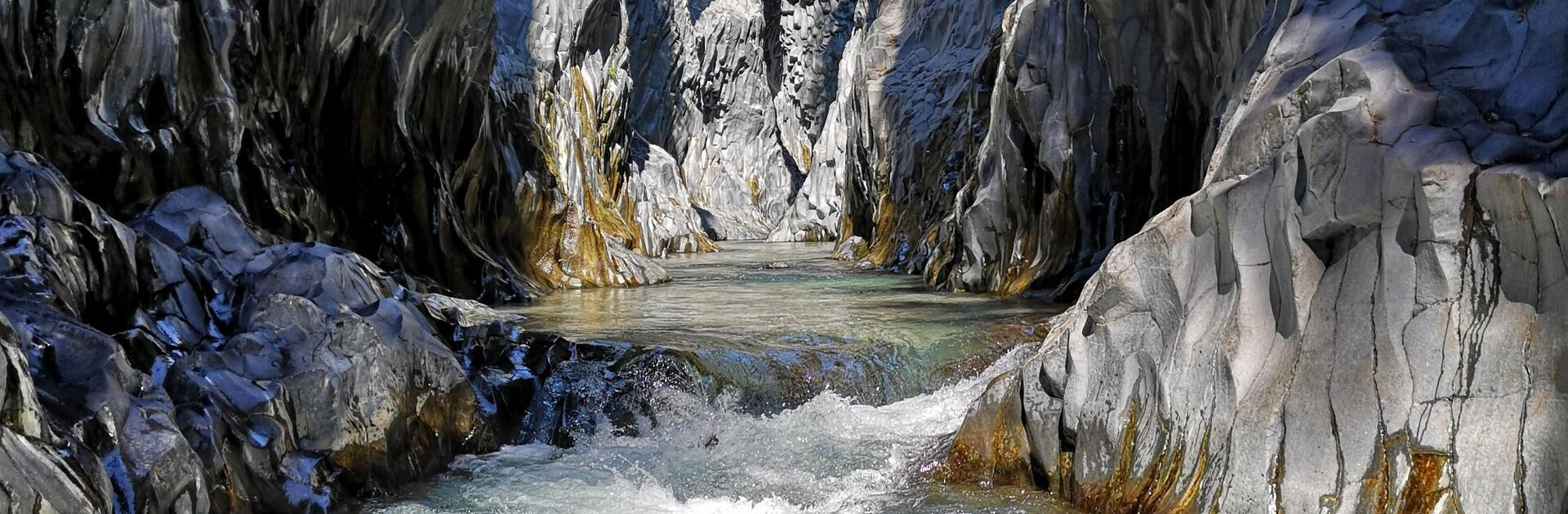 Erleben Sie ein Abenteuer in den Schluchten der Gole dell'Alcantara