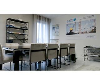 Project Santarcangelo tavolo riunioni Jet con sedie Gala e libreria Socrate