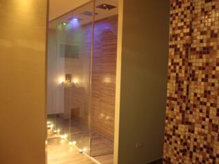 Le docce Emozionali: acqua, aromi naturali e cromoterapia. Il tutto sapientamente miscelato per donare sensazioni uniche e suggestive.
