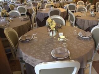 Questo  la sala Ristorante dell'Hotel Donatella di Pinarella di Cervia. La cucina riveste un ruolo fondamentale nella cura dell'ospitalit. Questo  il motivo per cui ancora oggi viene gestita in maniera diretta dalla proprieta'.