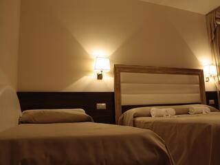 Il terzo poso letto è disponibile a richiesta del cliente, diversamente si trasforma in un comodo divano.