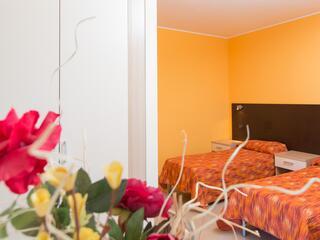 La zona notte dei monolocali del Villa Regina: scegli se due letti singoli o letto matrimoniale