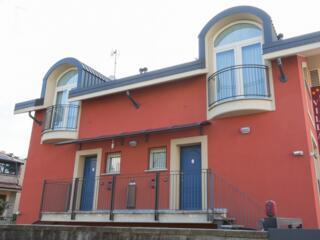 Facciata laterale del Villa Regina: quasi tutti gli appartamenti hanno uno sfogo esterno