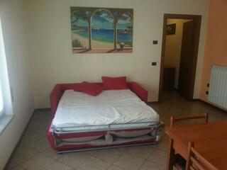Il soggiorno di uno degli appartamenti del Teodolinda con il divano letto matrimoniale.