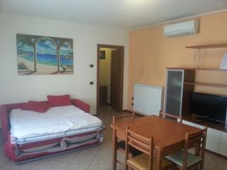 Panoramica del soggiorno con divano letto di uno degli appartamenti del Teodolinda in via Cederna
