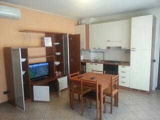 Panoramica soggiorno cucina e TV Residence TEODOLINDA.
