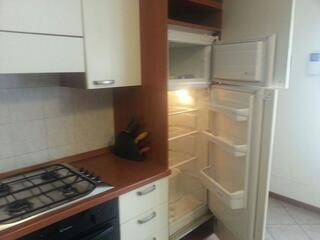 dettaglio elettrodomestici appartamenti residence Teodolinda. Ogni cucina è dotata di forno, fornelli, microonde, frigorifero e freezer