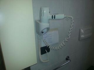 Tutti i nostri bagni sono dotati di asciugacapelli da parete.