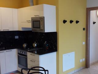 Cucina attrezzata con elettrodomestici del Residence Luna di Monza