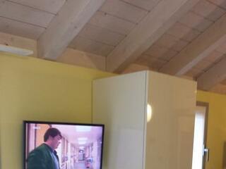 Uno dei monolocali mansardati con travi a vista all'ultimo piano del Residence Luna di Monza
