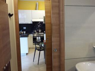 visuale di cucina  e bagno di uno  degli appartamenti del Residence Luna di Monza