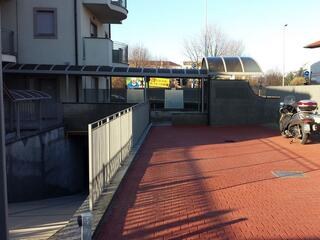I posti auto esterni (ma comunque recintati e videosorvegliati) del Residence Luna di Monza