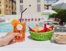 September am Meer: Hotelangebot Zimmer und Frühstück mit Pool und Parkplatz