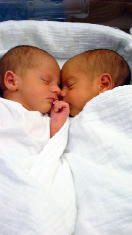 Tutti e due avvolti nel lenzuolo come le mummie!!