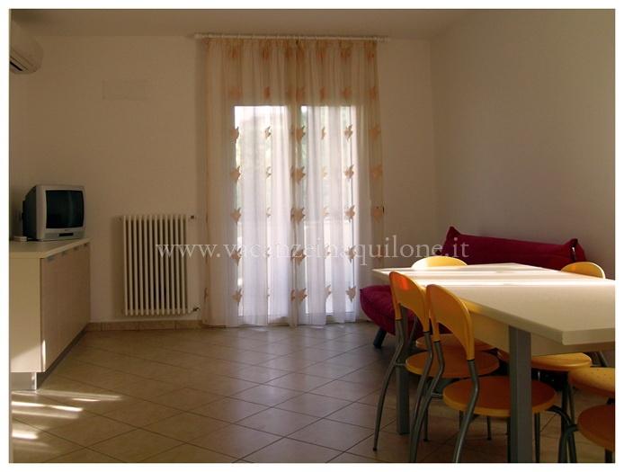 Camere Con Divano Letto : Vacanze in aquilone trilocale con 6 posti letto a riccione in