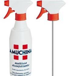 AMUCHINA  Multiuso Disinfettante 500 ml.   Disinfezione delle superfici che vengono a contatto con neonati e bambini (fasciatoi, seggioloni, lettini, vasche per il bagnetto, giocattoli ecc.).  Disinfezione dei piani di lavoro per la preparazione dei cibi, tavoli, sedie, sanitari, superfici in plastica e acciaio inox.  Può essere utilizzato direttamente sull'area da disinfettare tramite un panno pulito imbevuto.  Prima di effettuare la disinfezione è opportuno rimuovere residui di materiale organico, sporco, tramite l'utilizzo di detergenti. Distribuire il prodotto ricoprendo uniformemente l'area da disinfettare. Lasciare agire per almeno 15 minuti. Un tempo di contatto di 15 minuti garantisce l'efficace disinfezione delle superfici. In caso di superfici che vanno a contatto diretto con cibi e alimenti, dopo la disinfezione risciacquare con abbondante acqua potabile al fine di favorire l'eliminazione dei residui di disinfettante. Per superfici in acciaio non a contatto diretto con alimenti i residui di disinfettante vanno rimossi con un panno pulito e inumidito. Lasciare asciugare a contatto con l'aria