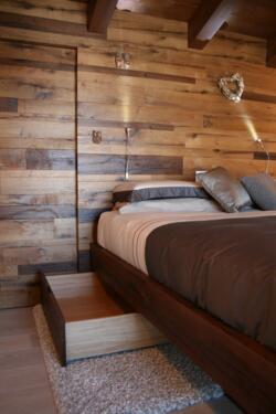 camera da letto con boiserie di rovere dogato a Rimini