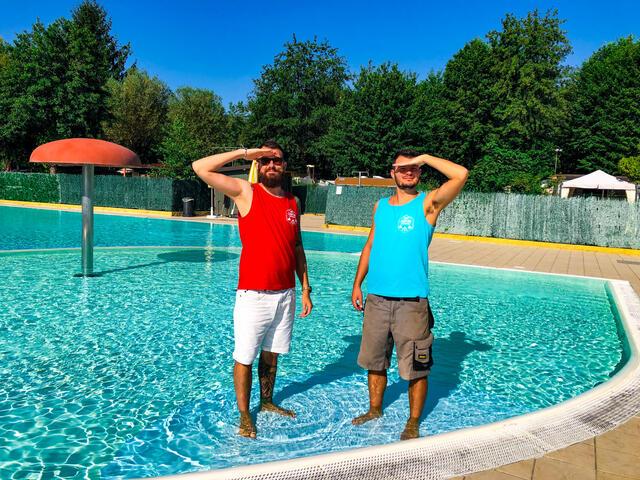 Fratelli soci in piscina