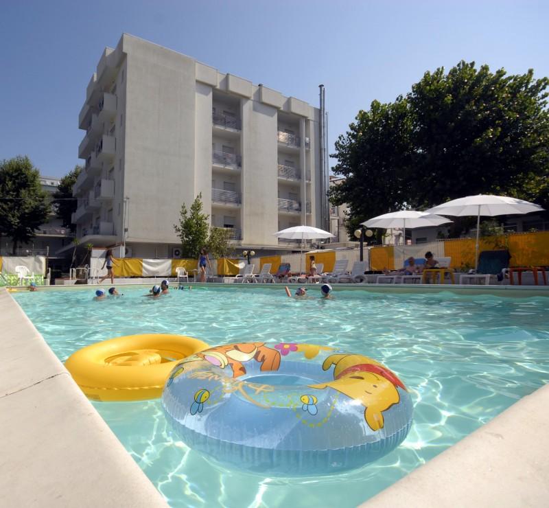 Offerta agosto al mare hotel con piscina con animazione e parcheggio privato id 4048 - Hotel con piscina a rimini ...