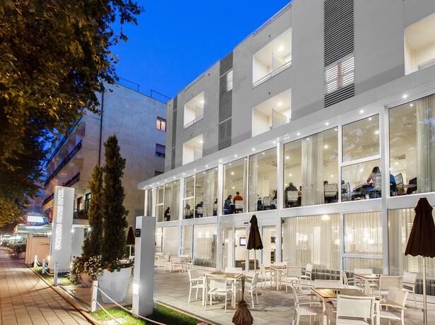 hotelmokambo de gelegenheiten-im-august-in-einem-low-cost-hotel-in-cesenatico-mit-pool 010