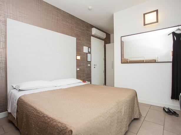hotelmokambo de gelegenheiten-im-august-in-einem-low-cost-hotel-in-cesenatico-mit-pool 012