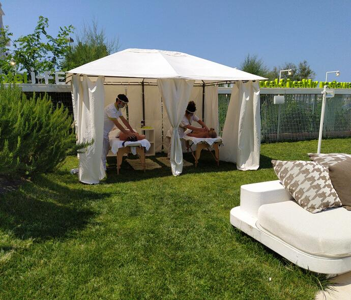 i-suite en wellness-centre-in-rimini-with-refreshing-massage-after-sun-exposure 006