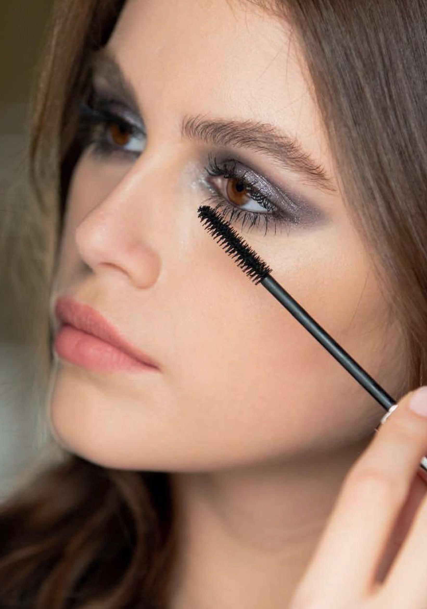 Applicazione Mascara Volume Effet Faux Cils