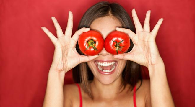 Woman_tomato_vitaminaC