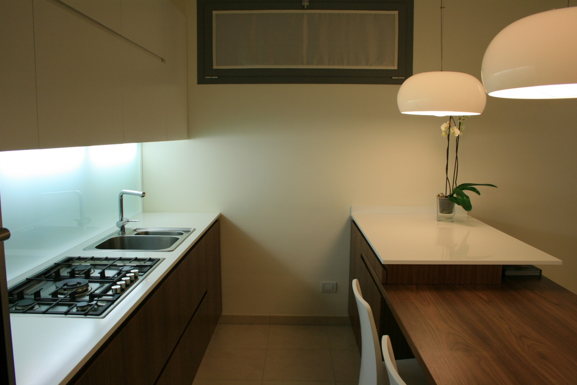 Cucina moderna con penisola in noce canaletto a - Cucina bianca e noce ...