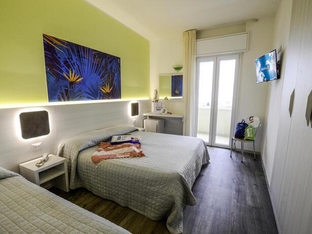 palacelidohotel it hotel-lido-di-savio-con-camera-tripla-con-letto-king-size 010