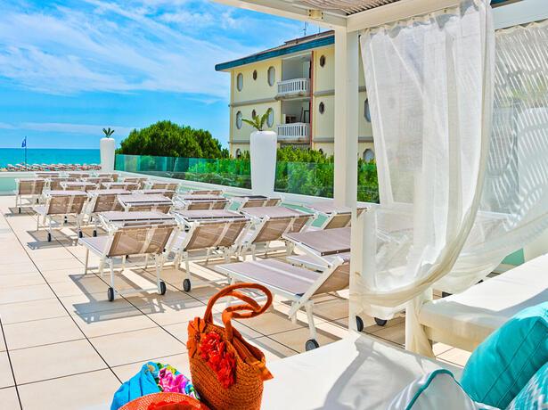 hotel-montecarlo it vacanza-di-coppia-a-giugno-sul-mare-a-bibione 019