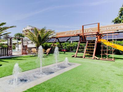 hotelduemari fr special-vacances-a-la-mer-en-aout-a-l-hotel-4-etoiles-avec-piscine-et-jardin 011