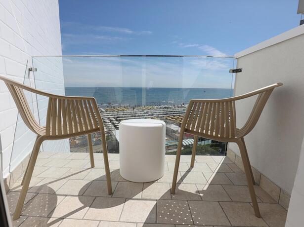 hoteldanielsriccione it offerta-prima-settimana-agosto-in-camera-fronte-mare-a-riccione 014