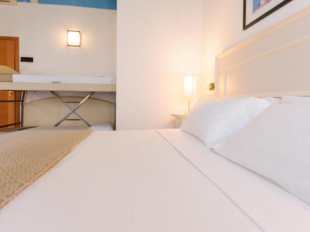 hotelfraipini de im-august-in-rimini-bb-hotel-am-meer-mit-pool 019
