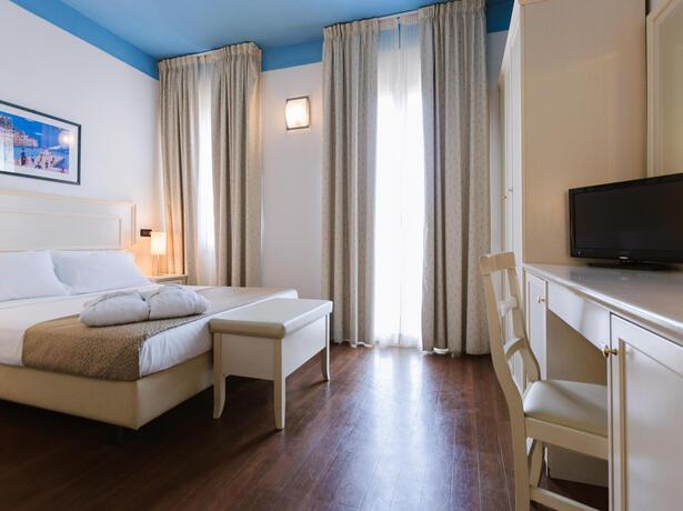 hotelfraipini de im-august-in-rimini-bb-hotel-am-meer-mit-pool 020