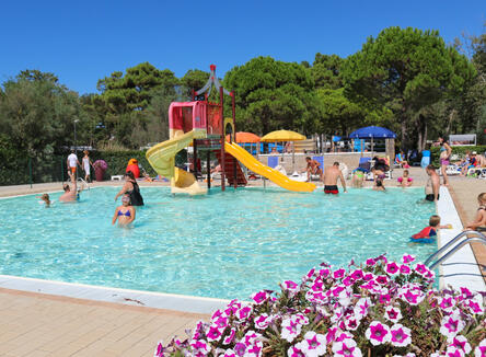 August offer stay in Mobile home in camping village with swimming pool in Bibione